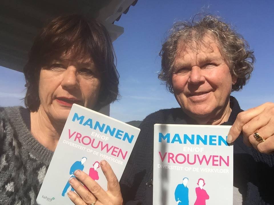 """Altijd leuk om lezers met onze boeken te zien. Ava met een mooie reactie op Facebook over Mannen en/of Vrouwen van Bert Overbeek: """"Kijk Bert, bleu sky over man en vrouw! Je boek gaat over grenzen""""  #mannenenofvrouwen #bertoverbeek #futurouitgevers"""