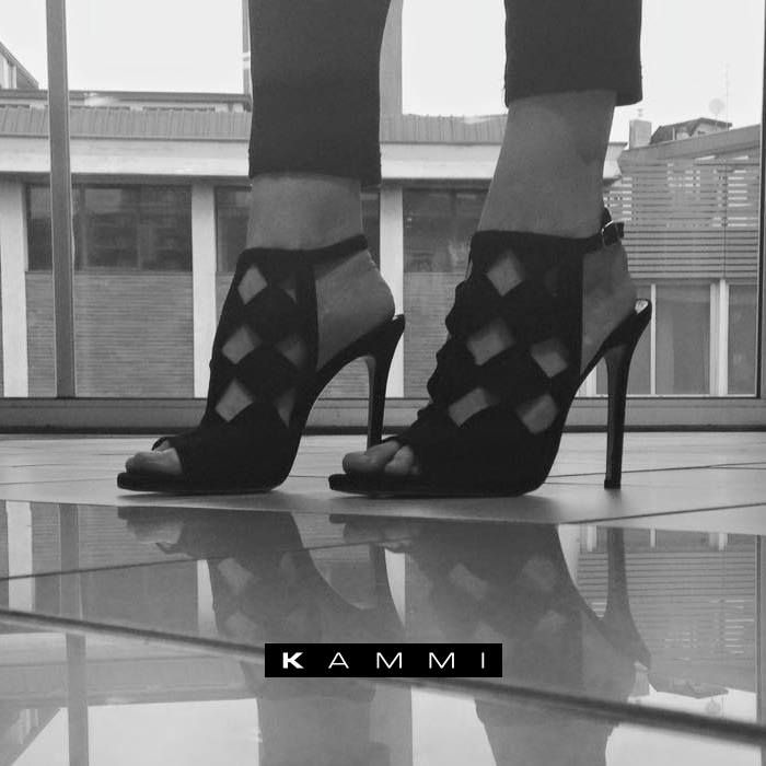 Eleganza e stile ai tuoi piedi con il sandalo nero in camoscio Kammi ...