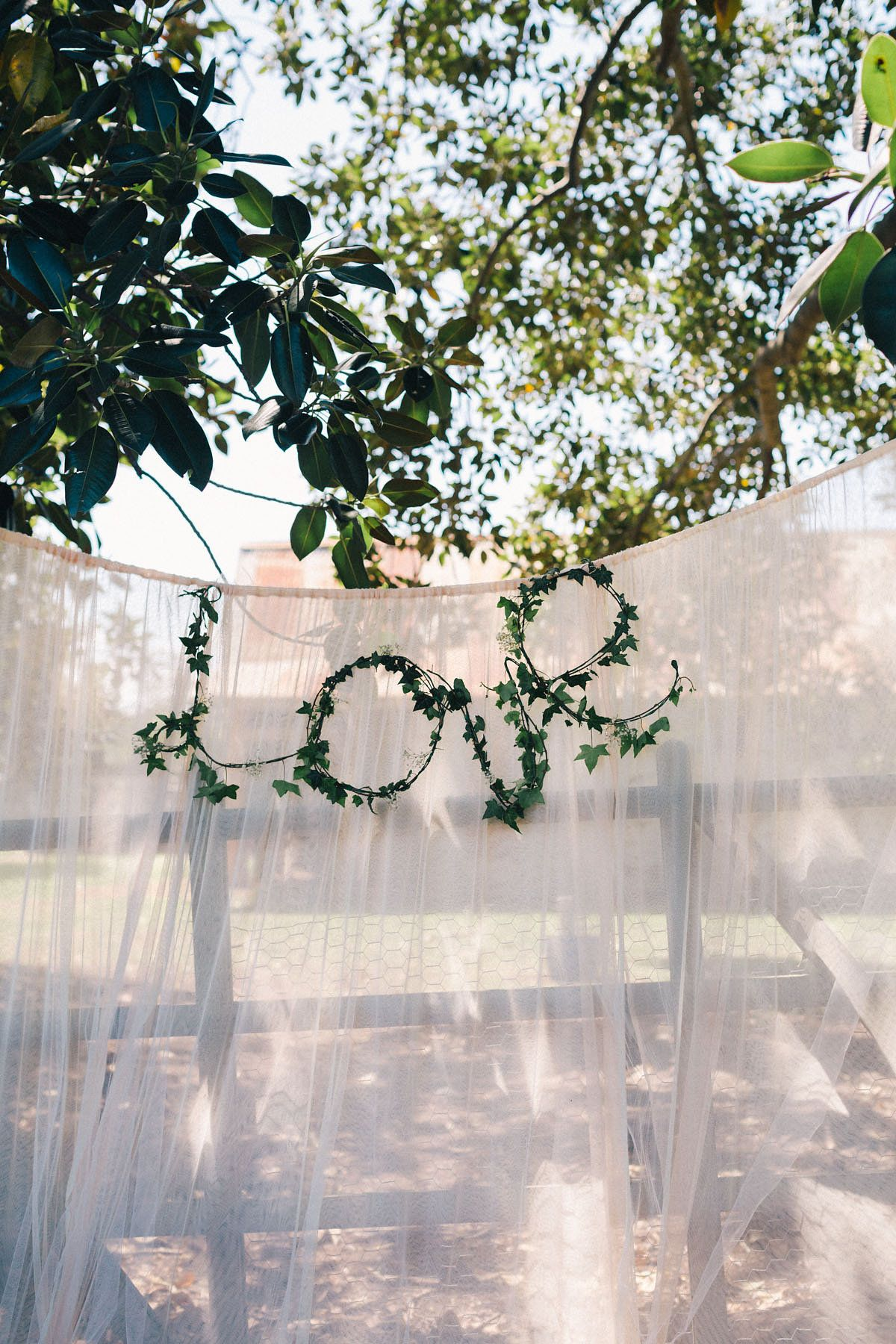 Wat een prachtige back drop voor een groene bruiloft! Photography by Studio Something Photography