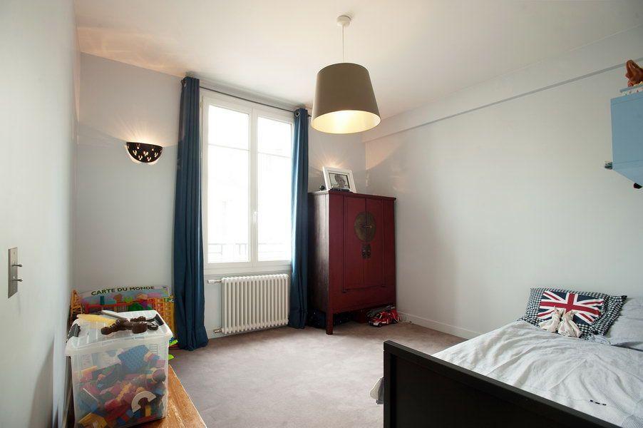 #Chambre d'#enfant  -- Dans cet #appartement en étage élevé avec vue sur la #TourEiffel, la démolition intégrale du cloisonnement a permis la mise en place d'une distribution ouverte et fonctionnelle, offrant un maximum d'espace et de lumière naturelle. Les cloisons coulissantes multiplient les possibilités d'aménagement et contribuent à la fluidité du plan. #bois #appartementparisien #architecture #chic #mobilier #lumière #confort #Espace #mobilier #Paris #FeldArchitecture