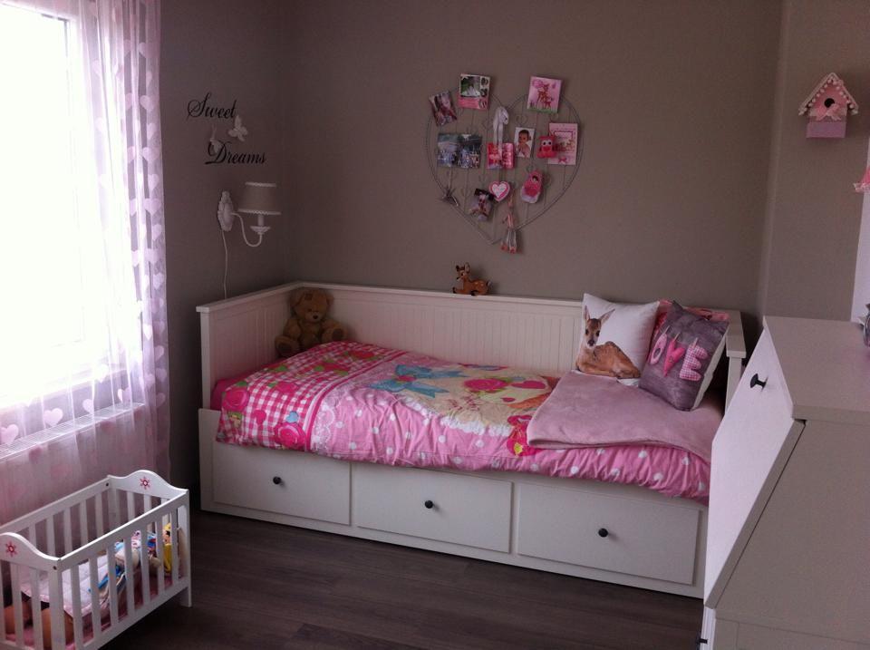 Meisjesslaapkamer in roze en taupe ideeën gemaakt
