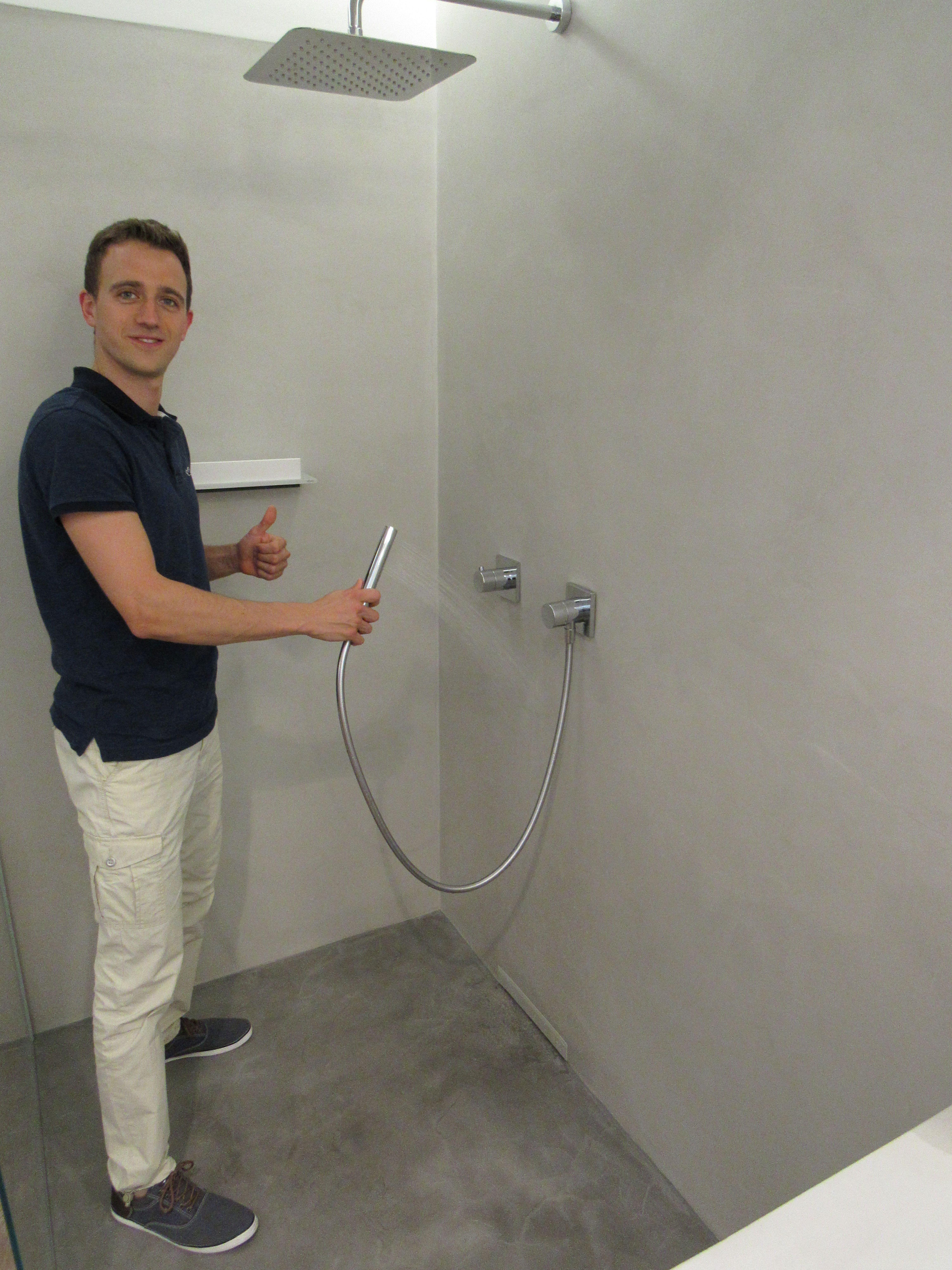 Gespachtelte Dusche – fugenlos  schön in der Ausstellung in Mainz