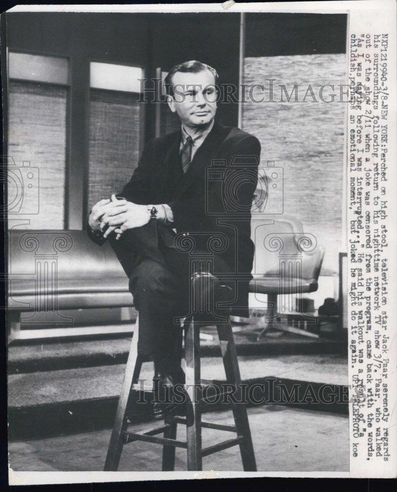1960 Press Photo Perched on high stool television star Jack Paar serenely
