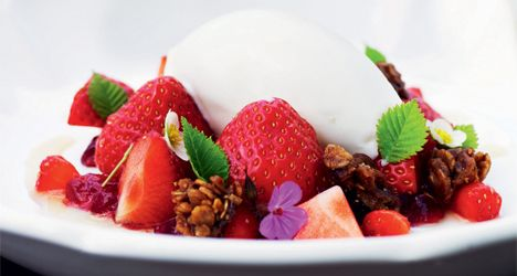 Strawberries with elderflower, crunch and ice cream