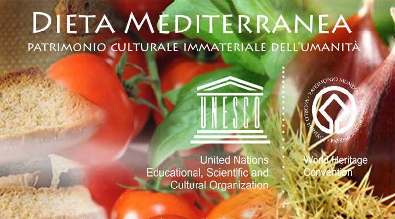 la Dieta Mediterranea (dal greco diaita, o stile di vita) è molto più che un semplice alimento. Essa promuove l'interazione sociale