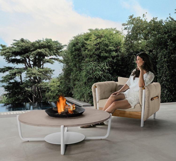 loungemoebel im garten sessel runder kaffeetisch holzplatte