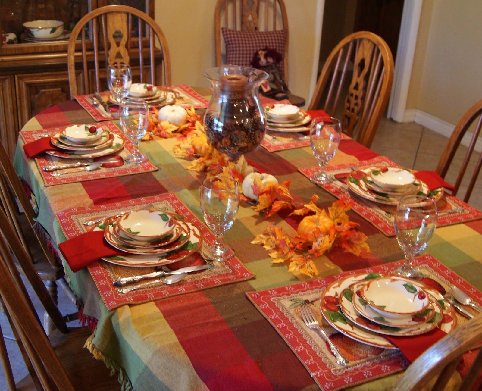 Delightful golden thanksgiving table decorations on dining Thanksgiving table