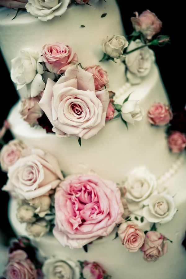 White wedding cake adorned with fresh roses | Photo by Wild Whim Photography #cake #roses #white #pink