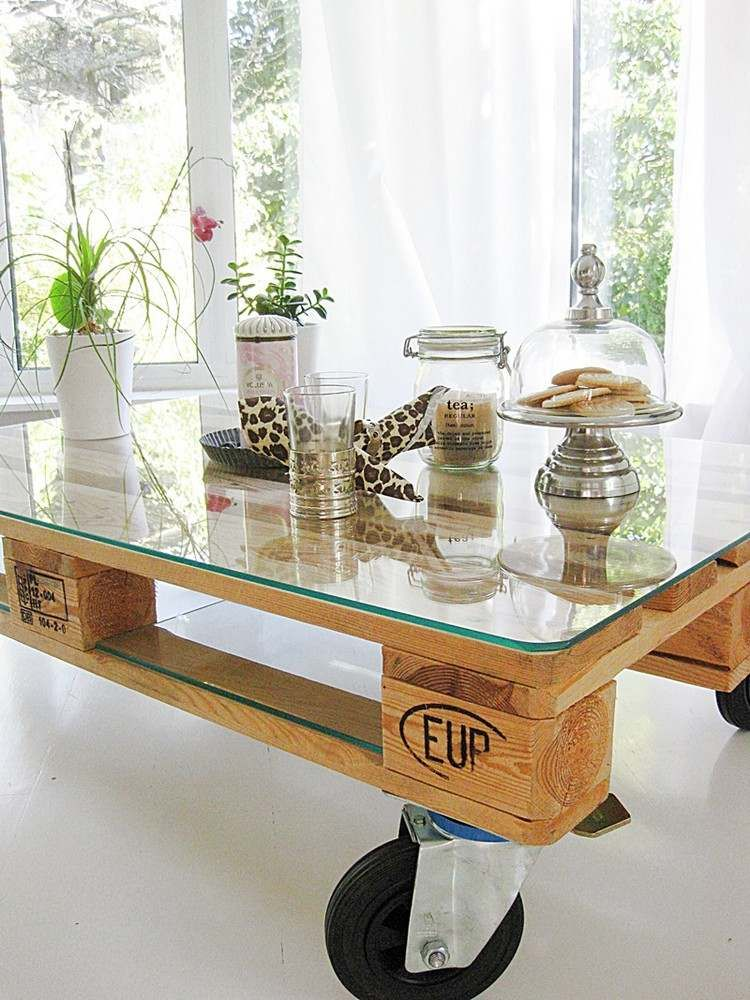 palettentisch mit glasplatte ablage und rollen pallet meubels zelf maken pinterest. Black Bedroom Furniture Sets. Home Design Ideas