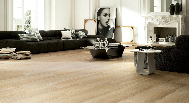 Houtlook tegels in woonkamer, keramisch parket, planken tegels met ...