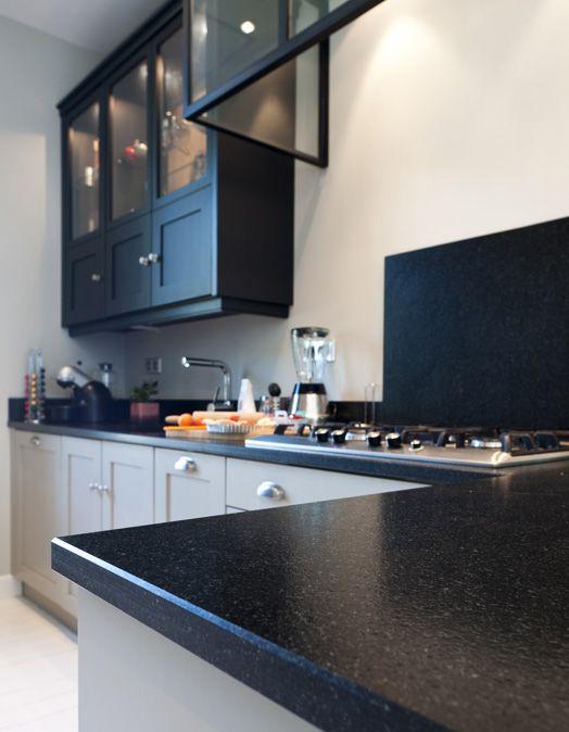une cuisine sur mesure dans un petit espace ambiance. Black Bedroom Furniture Sets. Home Design Ideas