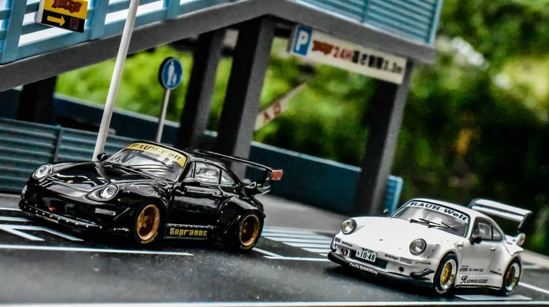 Left or Right? 🤔 Which one would you choose? Hard to choose 🙈 both cars are absolutely amazing 🤩 🔹🔹🔹🔹🔹🔹🔹 Werbung /Tarmac Works RWB Porsche 993 Sopranos and the 930 Kamiwaza ➖➖➖➖➖➖➖ @tarmac.works @rwb_rauhweltbegriff @rwb_official @porsche ➖➖➖➖➖➖➖ #hotwheels #hotwheelsmalaysia #hotwheelscollectors #hotwheelscollector #hotwheelsindonesia #hotwheelsaddict #hotwheelspics #diecast #diecastcollector #diecastphotography #diecastcars #liveandletdiecast #164scale #tarmacworks #tarmac #porsche #