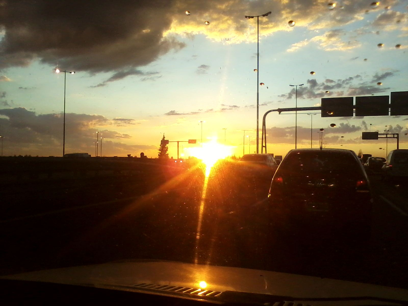 Saliendo el sol sobre la autopista.