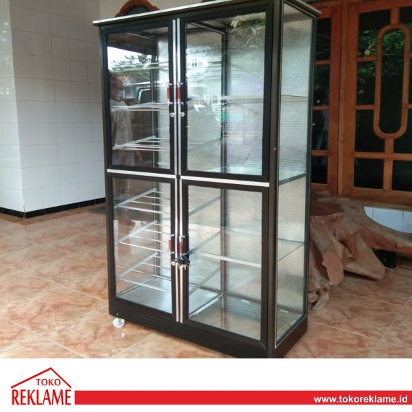 Spesifikasi Etalase Full Kaca di Demak :  Ukuran 165 x 70 x 45 cm Rangka Alumunium Kaca 3 mm  The post Jasa Bikin Etalase Full Kaca BJ Alumunium Demak appeared first on Toko Reklame Indonesia.