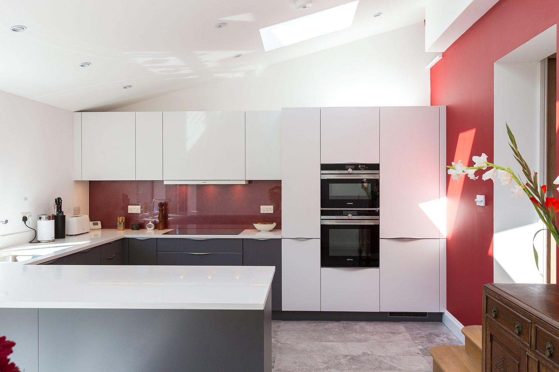 Matt Quartz Grey And White Nolte Kitchen With Top Mounted Handles And  Sparkly Red Glass Splash Backs Nolte Kche Grau Pinterest Quality Kitchens.