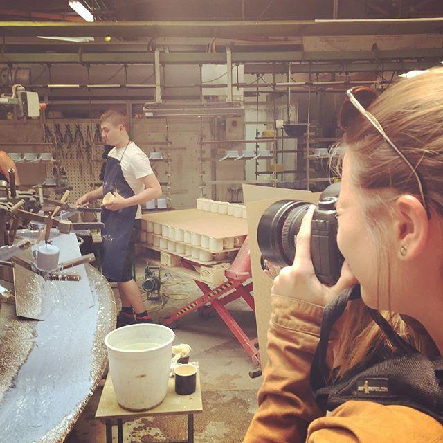 Soooo viele Arbeitsschritte bis das Häferl fertig ist....#riesswerke #riess #handmade #riessemaille #rauszuriess #tantefannyteige #avocadobanane