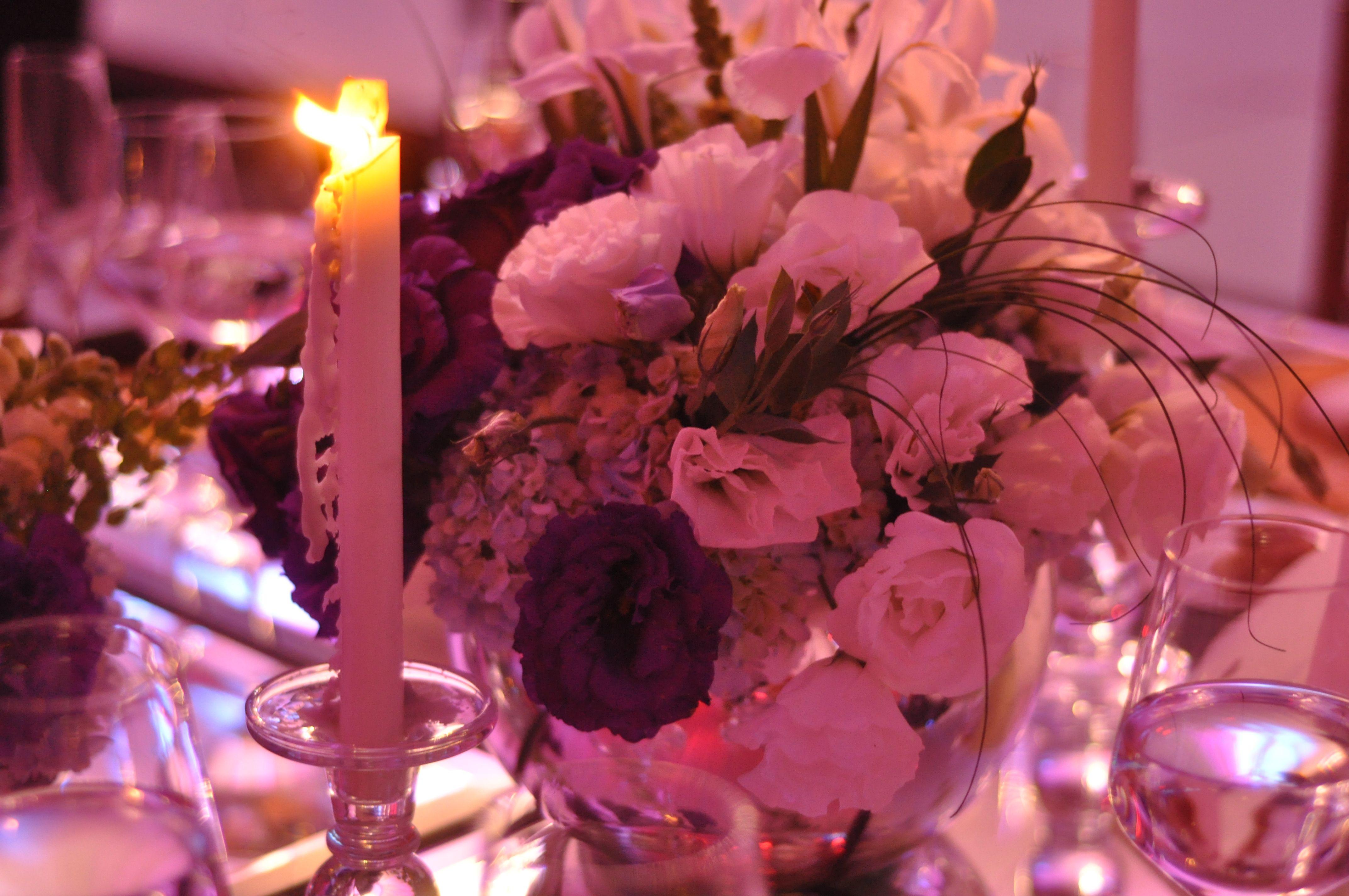 Arreglo floral con vela y luz indirecta