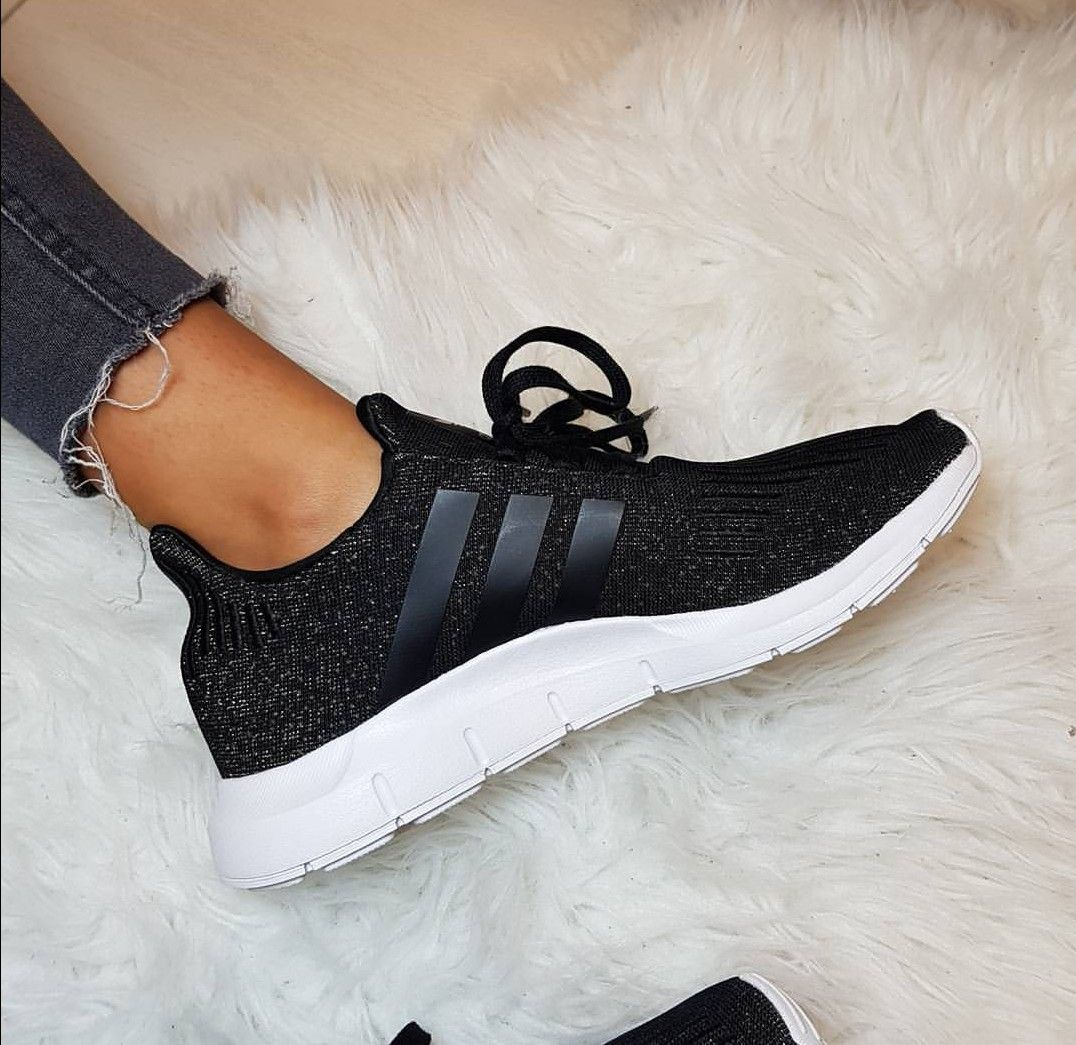 adidas Originals Swift Run in schwarz mit Glitzer // Foto ...
