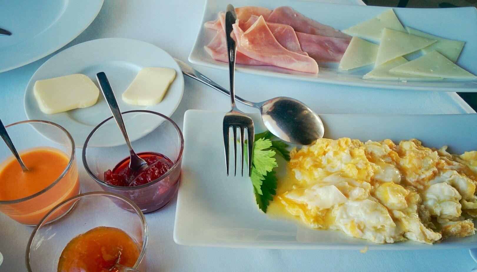 Buenos días, pervers@. Es cierto. El resto del desayuno es un poco menos sano. ;) Pero es la comida que más disfruto del día. A dieta cuando regrese de las vacaciones. Lo juro por Snoopy.