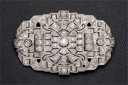 Gran placa broche de platino siguiendo modelos Art Decó con 5 cts. de diamantes (falta uno).
