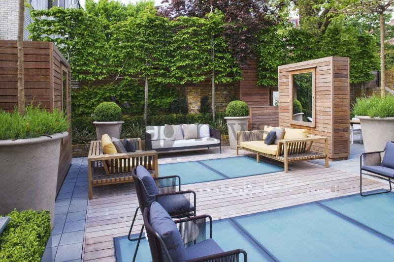Terrasse. Jardin contemporain sur toit dimmeuble. Buxus ...