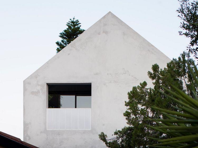 Baume In Grun Und Glatte Aussenfassade Aus Beton Mit Fenster Und Balkon In Grau Recycled Brick Whispering Smith Concrete House