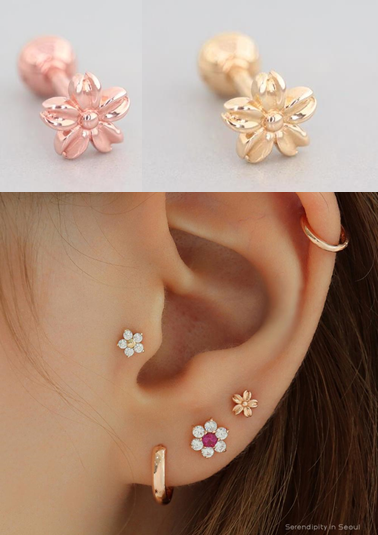 Daisy Cartilage Piercing in 14K Gold