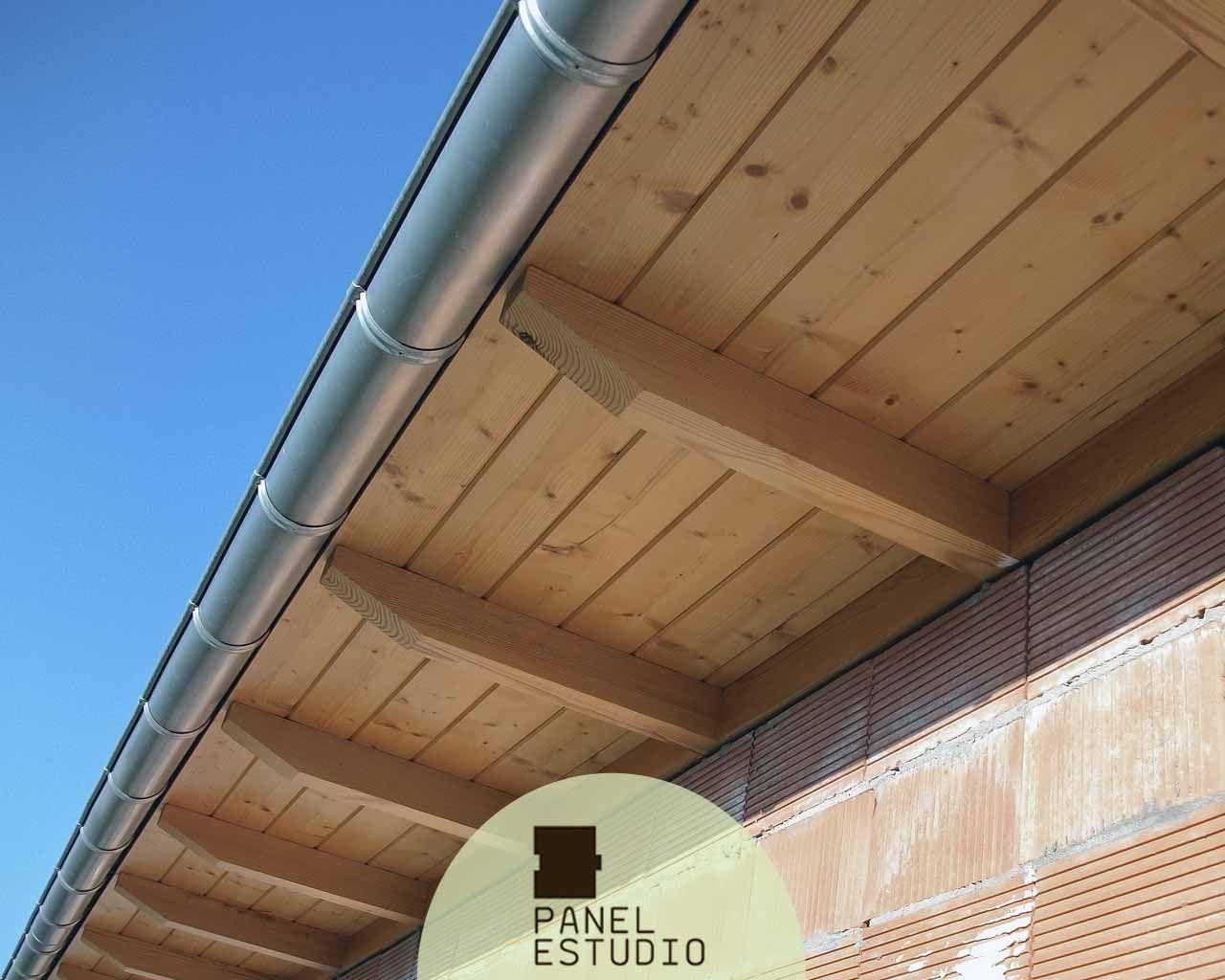 Alero de pane de madera de abeto barniz panel sandwich for Tejados de madera thermochip