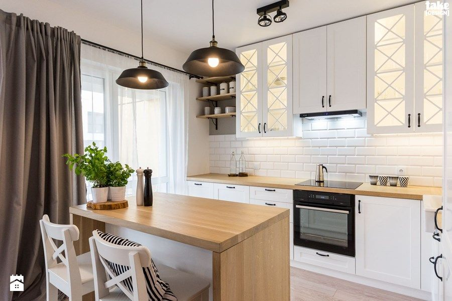 Odrobina Skndynawii Realizacja Srednia Kuchnia W Ksztalcie Litery L W Aneksie Z Wyspa Z Oknem Styl Sk Small Apartment Kitchen Home Kitchens Kitchen Design