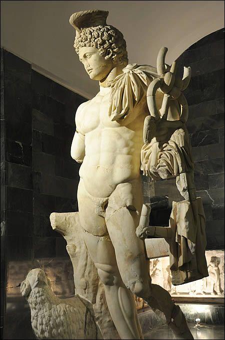 Statue d'Hermès au musée archéologique d'Antalya