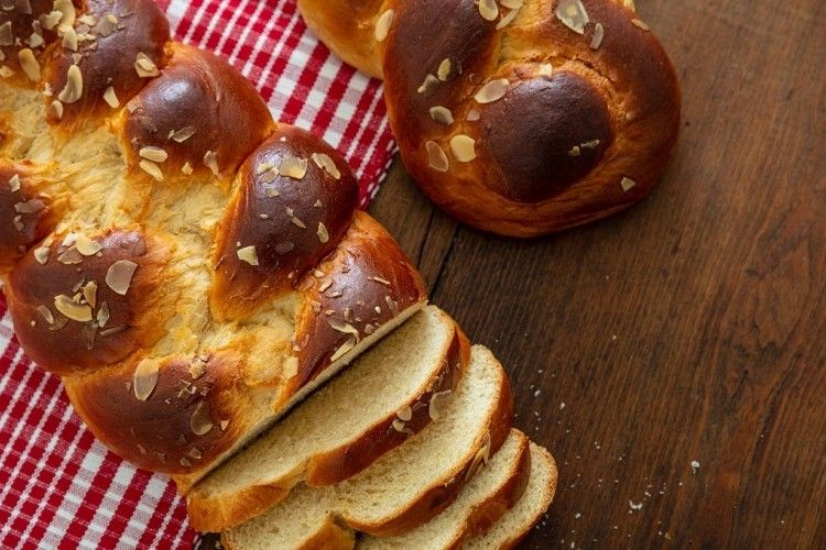 خبز البريوش من أنواع الخبز الفرنسي لذيذ الطعم وصفة سهلة وسريعة ويمكن تناوله مع الم رب ى In 2020 Sweet Bread Bread Food