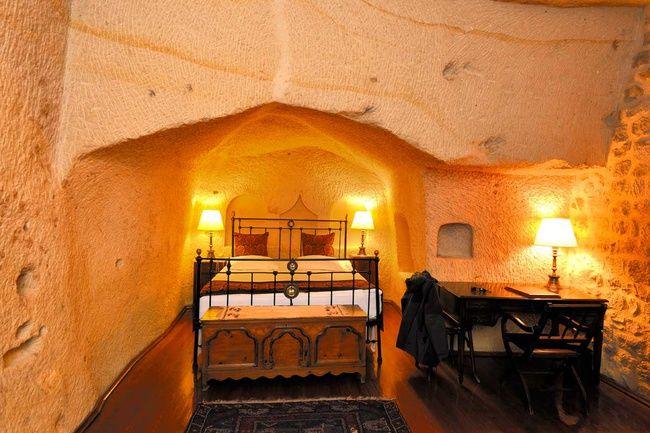 Habitaciones de piedra con antigüedades.Capadocia