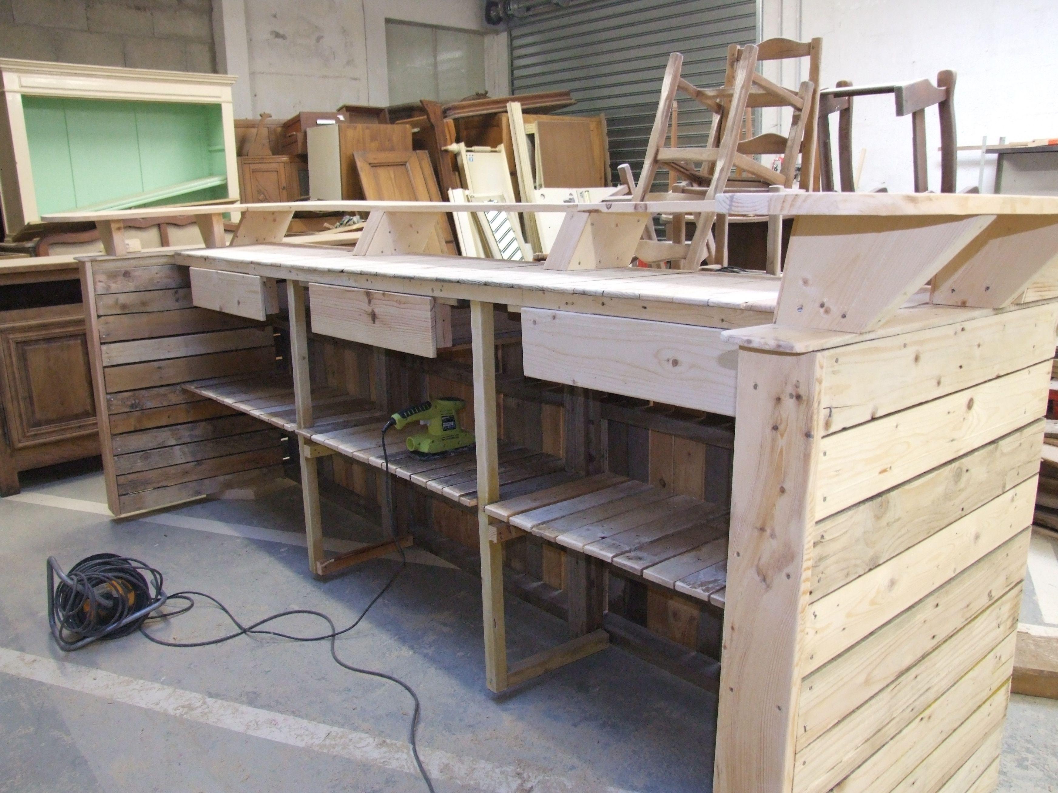Barra de bar construida ntegramente en madera de palet cafeteria pinterest bar pallets - Barras de madera ...