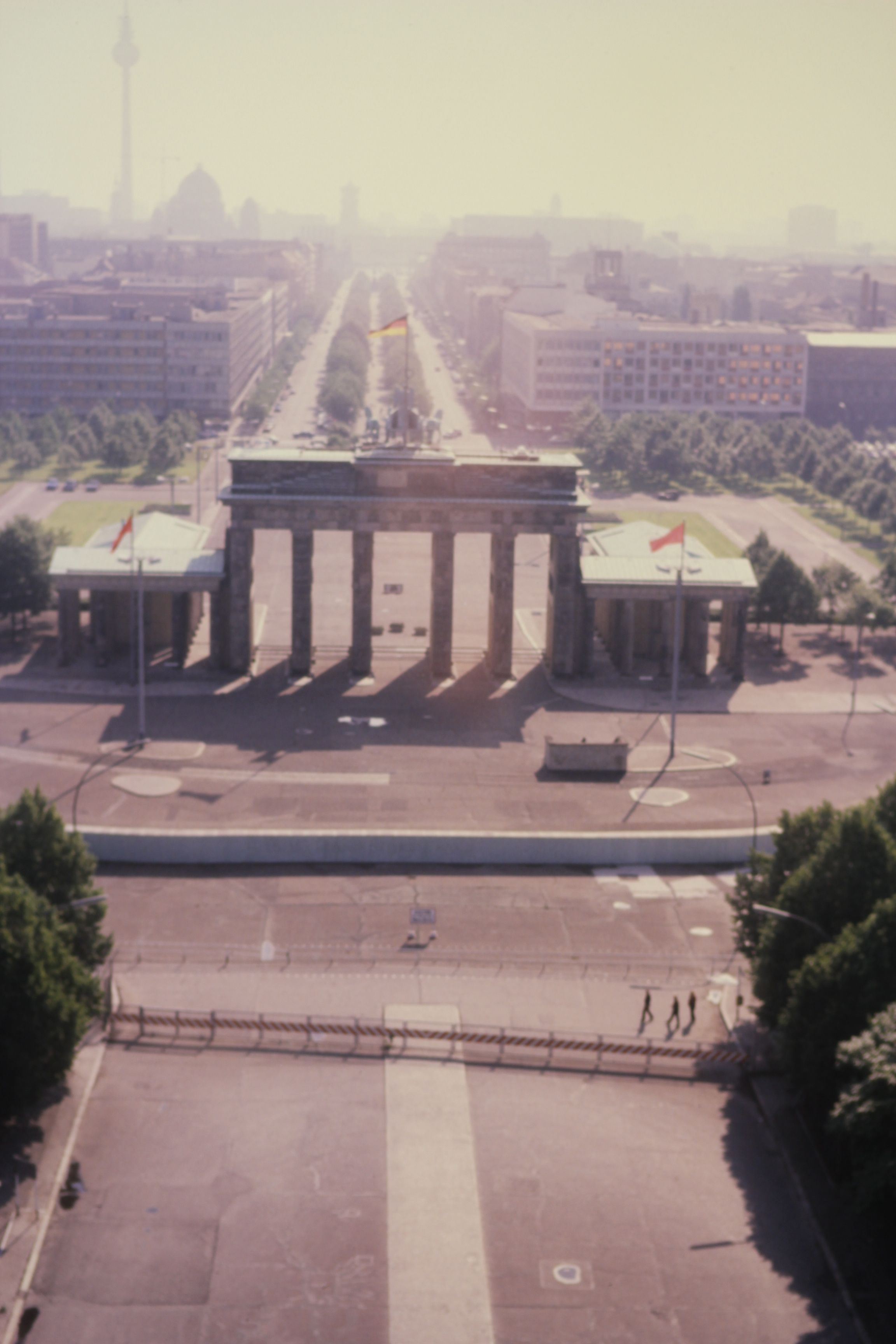 Brandenberg Gate Looking Into East Berlin Along Unter Den Linden Berliner Mauerfall Berliner Mauer Ddr Bilder