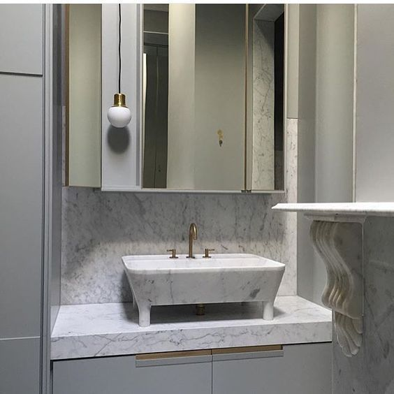 Calacatta marble topped vanity and splash back Calacatta marbled basin with brass tap and mixer Project by  heckerguthrie Visit our website for more au