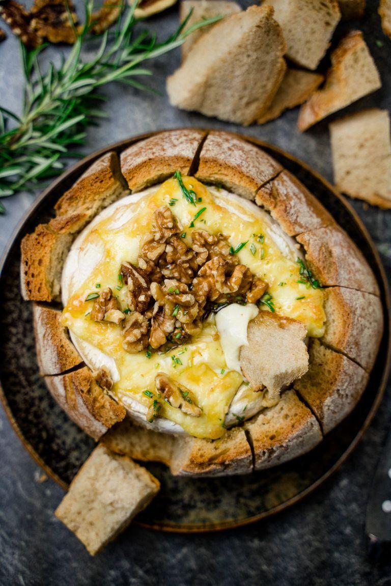 Gebackener Camembert im Brot mit Honig und Walnüssen