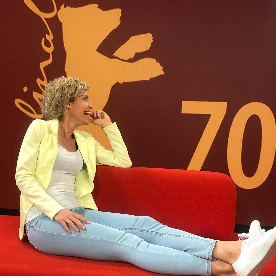 Annika Zimmermann Auf Instagram Rotalarm Roter Teppich Rotes Sofa Es Ist Berlinale Es Ist Moma Auf In Eine Farben Froh Rotes Sofa Roter Teppich Frau