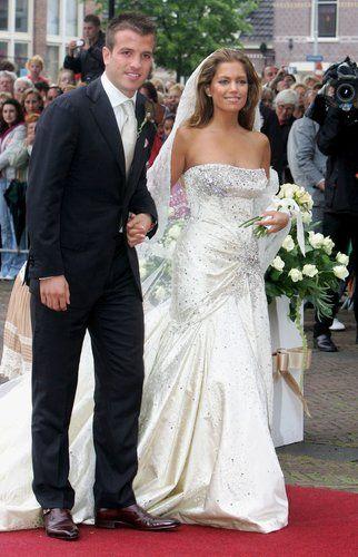 Die Van Der Vaarts Der Kicker Und Die Traumfrau Hochzeitsfeier Ideen Kleid Hochzeit Hochzeitskleid Spitze