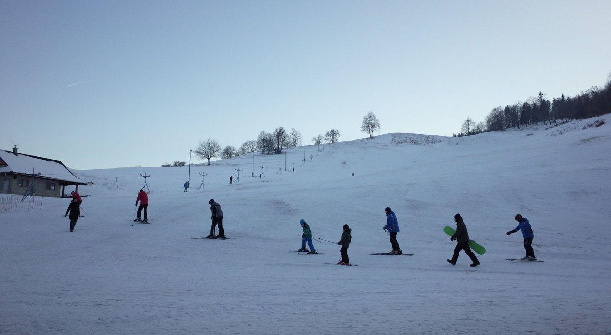 Ski Dúbravy prevádzkuje miestna partia. Lyžiarske stredisko buduje svojpomocne.
