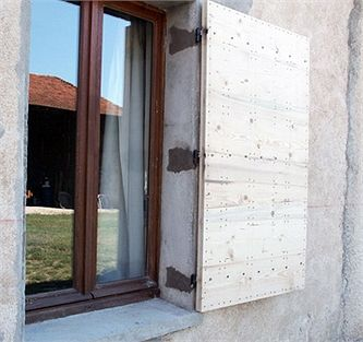 fabriquer un volet proven al en bois aux accents du sud portes volets en 2019. Black Bedroom Furniture Sets. Home Design Ideas