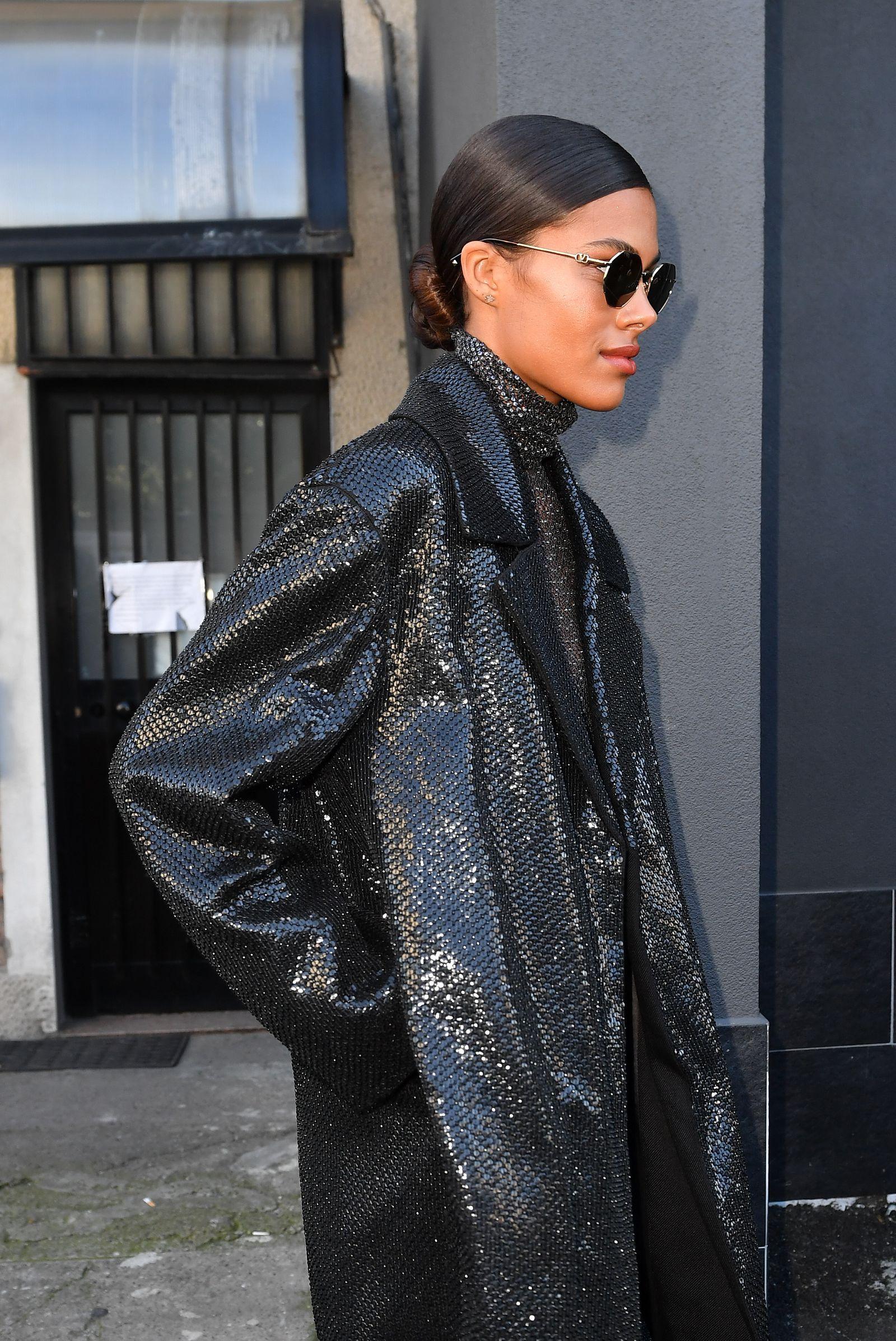 Il cappotto di Tina Kunakey è tutto ciò che ci aspettiamo da un cappotto elegante questo autunno