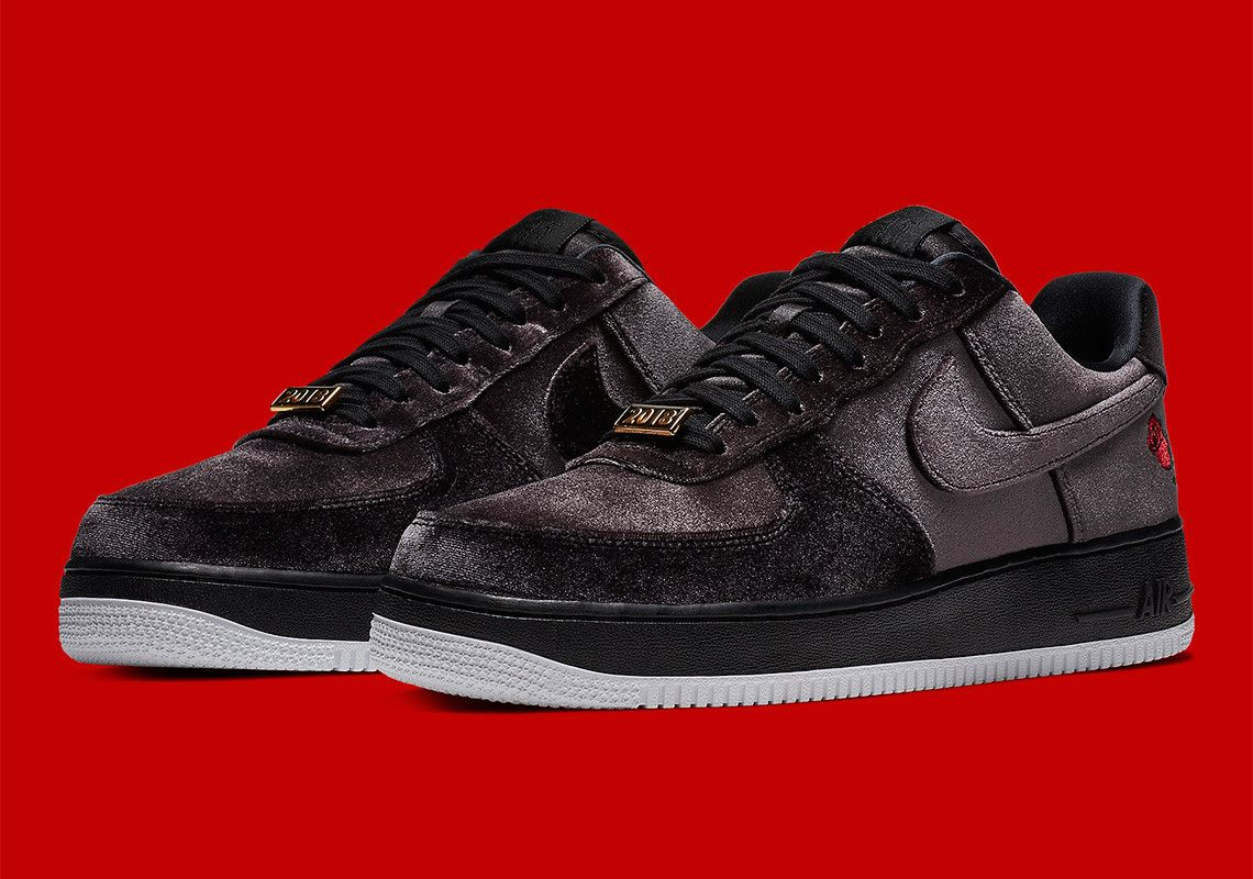 purchase cheap c4697 23925 Nike Revisits 2002s Air Force 1 High Rose With A New Satin Style