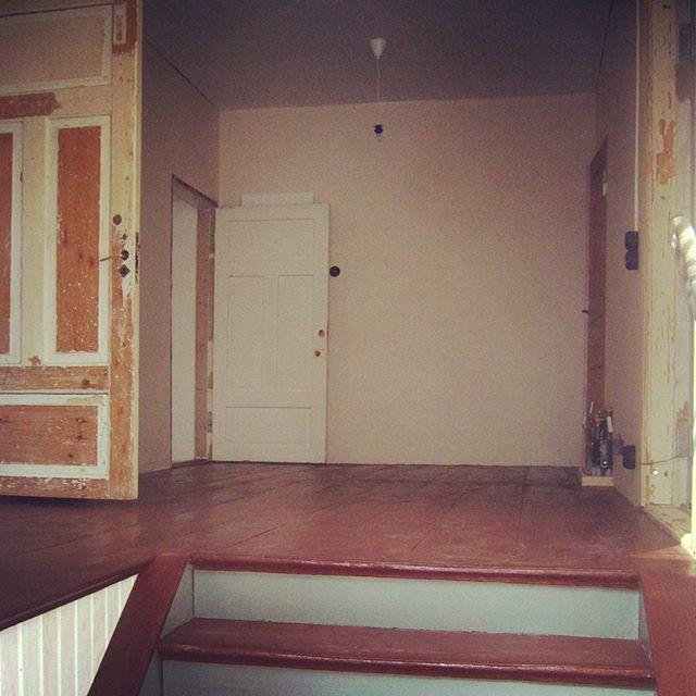 12 - Vaikka työvaiheita tämän ja edellisen kuvan välillä on vain muutama - seinien paperointi, lattian maalaus ja sähkökalusteiden asennus - on eteisen ulkonäkö muuttunut totaalisesti. Seinät pohjapaperoitiin valkoisella makulatuuripaperilla hengittävää liisteriä käyttäen ja lattiat maalattiin Tikkurilan (@tikkurila_suomi) perinteisellä Permo-lattiamaalilla alkuperäisen sävyn mukaisesti. Tällä kuosilla saatiin sisäänmuuttolupa taloon, varsinainen ajanmukaisen tyylin hakeminen alkoi vasta…