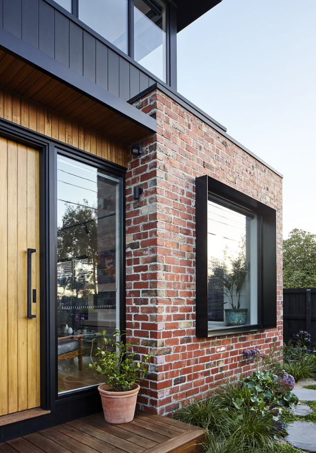 As Well As This Burnt Wood Siding The House Also Uses Recycled Red Bricks And A Pure Finish Shiplap Woo Brick Exterior House Modern House Facades Facade House