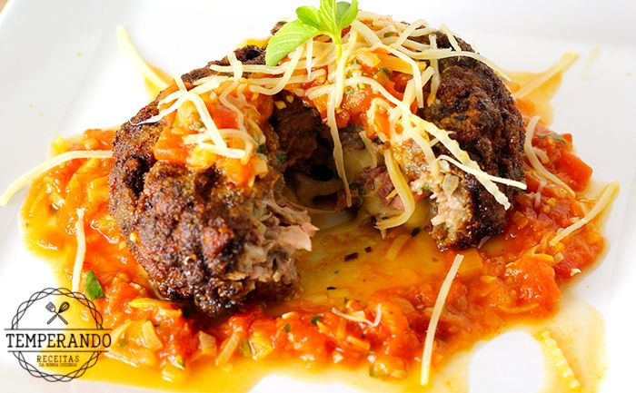 POLPETTONE RECHEADO -- Receita de polpettone recheado, um bolinho de carne super saboroso, recheado com queijo que pode ser servido com uma salada ou uma massa com molho de tomate |temperando.com #receita #polpettone