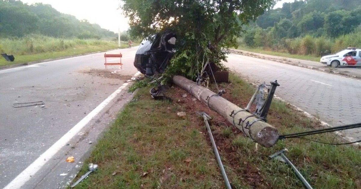 Carro bate em poste e cinco pessoas ficam feridas em São Vicente, SP