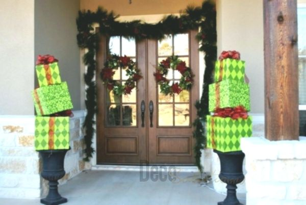 Christmas decoration for house entrance spreads festive mood – 44 outdoor decoration ideas
