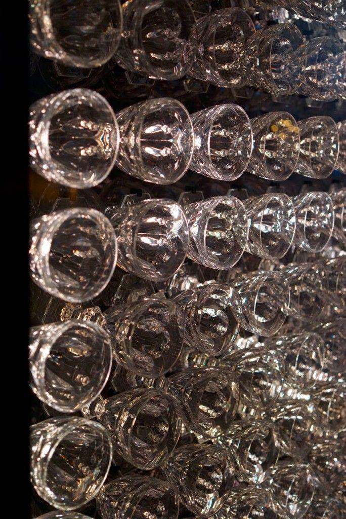 O painel iluminado da entrada é feito com os copos de Bacarrat