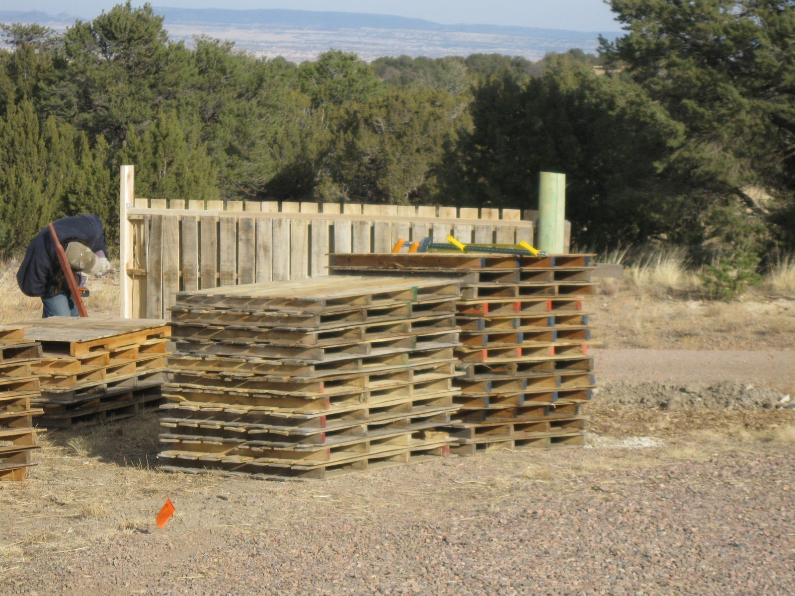 Pretty pallet fenceusing other peopleus garbage diy pallet