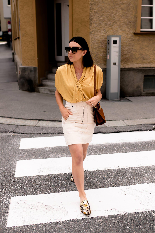 Outfit Mit Minirock Gelber Bluse Und Slipper Im Metallic Look
